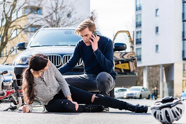 Muchacha en el suelo después de un accidente de bicicleta