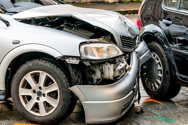 Accidente frontal entre dos vehículos