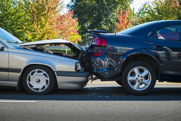 Accidente trasero entre dos carros