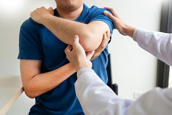 Señor en terapia física después de su accidente de carro
