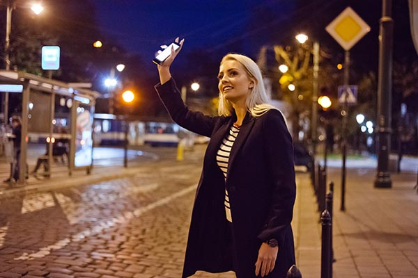 Mujer haciendo señas a su chofer de Uber