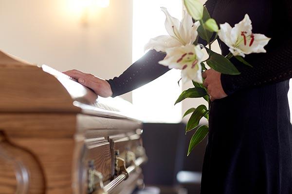 Mujer en funeral de su ser querido a causa de muerte injusta