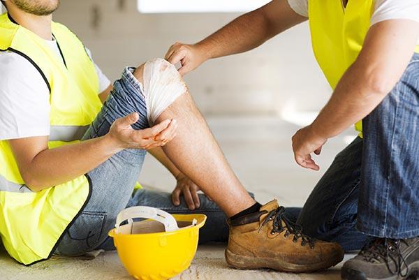 Trabajador con lesión en la rodilla